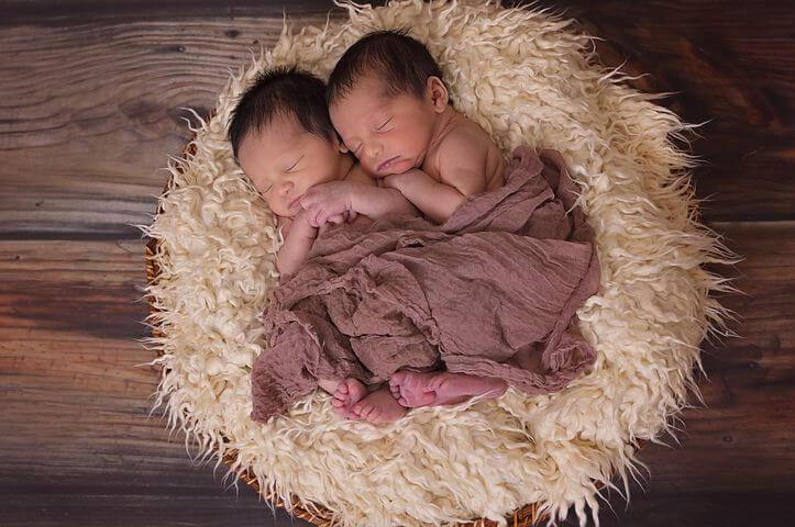 parc pour deux, s'équiper pour des jumeaux passe du temps ensemble