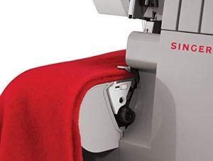 machine à coudre mécanique appelée surjeteuse ou surfileuse